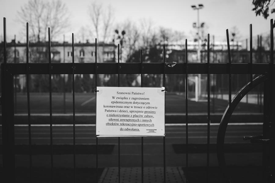 Komunikat o koronawirusie na ogrodzeniu