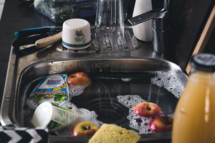 Odkażanie codzienności, zakupy ze sklepu w trakcie mycia w zlewie
