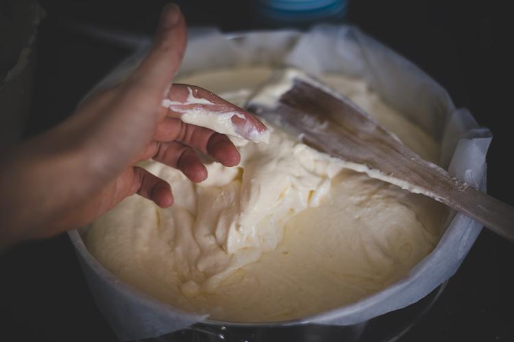 Pieczenie sernika, święta w kwarantannie.