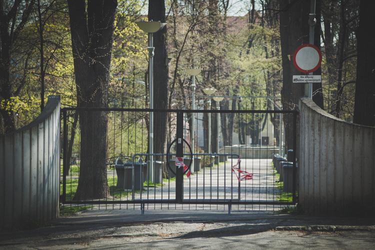 #zostanwdomu zamknięte parki, teren zamknięty
